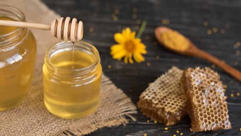 Gesichtsmassage mit Honig
